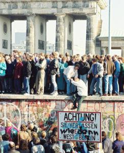 <b> La réunification allemande: une annexion de la RDApar la RFA ? Une réfutation </b> </br> </br> Par Olivier Beaud
